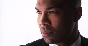 Profil des hübschen schwarzen Mannes, der einen Anzug trägt Lizenzfreies Stockbild