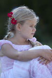 Profil des jungen Mädchens mit Blumen in ihrem Haar Lizenzfreie Stockbilder