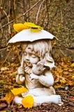 Profil des jungen Mädchens Regenschirm-und Vogel-Statue halten Stockfotografie