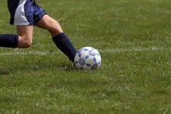 Profil des Mädchens Fußballkugel tretend Stockbilder