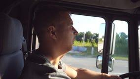 Profil des männlichen LKW-Fahrers Fernlastfahrerreiten am Auto Mann hält Hand auf dem Lenk-wheeland, das durch LKW fährt stock footage