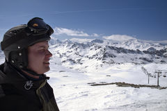 Profil des männlichen Skifahrers mit den Bergen Lizenzfreies Stockbild
