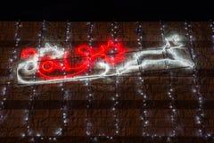 Profil des Pferdeschlittens und des Rens von Santa Claus mit Weihnachtslichtern nachts Abstraktes Hintergrundmuster der weißen St Lizenzfreie Stockbilder