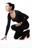 Sportliche Frau bereit zu sprinten Stockfoto