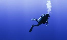 Profil des Unterwasseratemgerättauchers mit Luftblasen Lizenzfreie Stockfotos