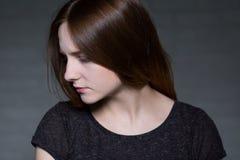 Profil du ` s de jeune femme photo libre de droits