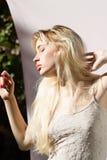 Profil einer sinnlichen Blondine draußen Lizenzfreie Stockfotografie
