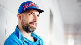 Profil einer tragenden Kappe des gutaussehenden Mannes stockfotografie