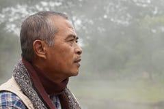 Profil eines alter Mann-Anstarrens Stockfoto
