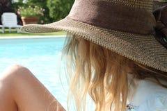 Profil eines jungen Mädchens, das einen Hut und ein Schauen trägt stockfotografie