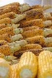 Profil geschossen von gegrillten Maiskörnern in den Reihen stockbilder
