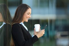 Profil kierownictwo używa mądrze telefon na ulicie Fotografia Stock