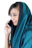 Profil latéral de femme musulmane faisant l'appel téléphonique Photographie stock