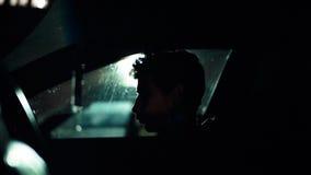 Profil mężczyzna w samochodzie na ciemnej nocy Zdjęcie Royalty Free
