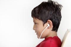 Profil młoda chłopiec z słuchawkami obraz stock