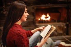 Profil młoda kobieta podczas gdy czytelnicza książka fotografia stock