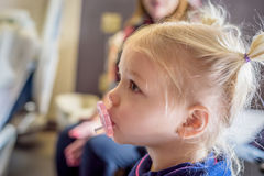Profil mała blondynki dziewczyna z pigtails i pacyfikator zdjęcia royalty free