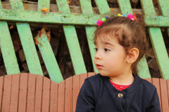 Profil mała dziewczynka patrzeje daleko od z smutną twarzą Obraz Stock