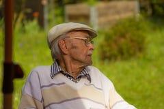 Profil na Uśmiechniętym starym człowieku Z Popielatą brodą Selekcyjna ostrość fotografia stock