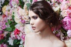 Profil piękna mody dziewczyna, cukierki, zmysłowy Piękny makeup i upaćkana romantyczna fryzura banner tła kwiaty form różowego sp Obrazy Stock