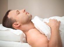 Profil-Porträt des erfreuten schlafenden kaukasischen Mannes Lizenzfreie Stockfotos