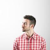 Profil poważny młody brodaty mężczyzna patrzeje daleko od Obraz Royalty Free