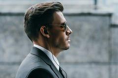 profil przystojny ochroniarz z okularami przeciwsłonecznymi zdjęcie royalty free