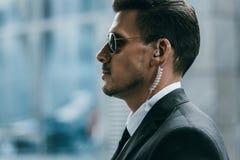 profil przystojny pracownik ochrony z okularami przeciwsłonecznymi obrazy royalty free