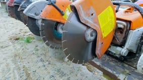 Profil sur la lame d'un asphalte ou profil concret de bottes de coupeur et de travailleurs sur Asphalt Cutter Profile image stock