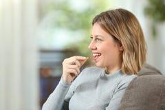 Profil szczęśliwa kobieta bierze witaminy pigułkę Fotografia Royalty Free