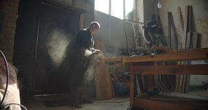 Profil tiré du maître masculin supérieur fonctionnant à la fabrication rectifiant le conseil en bois étant concentré banque de vidéos