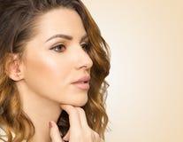 Profil van mooie vrouw, sluit omhoog studio op gele achtergrond Royalty-vrije Stock Afbeeldingen