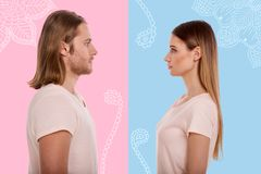 Profil von den jungen Paaren, die vor einander stehen stockbild