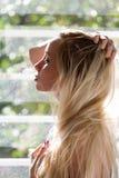 Profil zmysłowa blondynka trzyma jej włosy Zdjęcie Stock