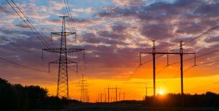 Profila il pilone elettrico ad alta tensione nel fondo del tramonto Immagine Stock Libera da Diritti