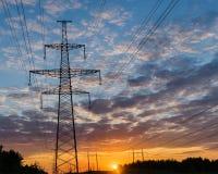 Profila il pilone elettrico ad alta tensione nel fondo del tramonto Fotografia Stock Libera da Diritti
