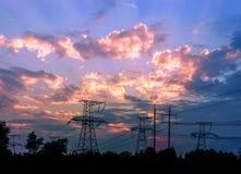 Profila il pilone elettrico ad alta tensione nel fondo del tramonto Fotografie Stock