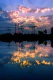 Profila il pilone elettrico ad alta tensione nel fondo del tramonto Fotografia Stock