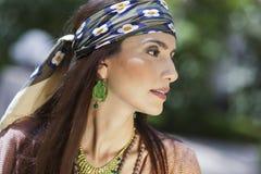 Profile ståenden av en modell som slitage en sjalett Royaltyfri Fotografi