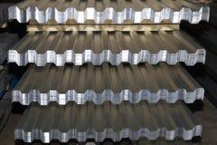 Profiled galvanizó la hoja en paquetes en el almacén de los productos de metal fotografía de archivo