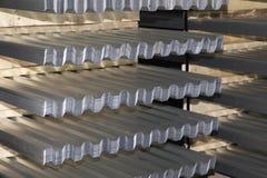 Profiled galvanizó la hoja en paquetes en el almacén de los productos de metal fotografía de archivo libre de regalías