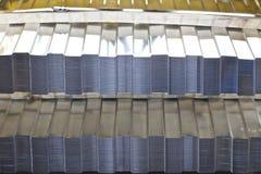 Profiled galvaniz? la hoja con el revestimiento polim?rico en paquetes en el almac?n de los productos de metal imagen de archivo
