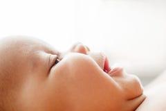 Profilen av nyfött behandla som ett barn le framsidan, fritt utrymme Royaltyfri Fotografi