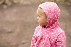 Profilera av en liten flicka i en huv Royaltyfri Bild