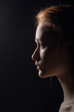 Profilera av ung eftertänksam kvinna arkivbild