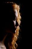 Profilera av ung eftertänksam kvinna royaltyfri fotografi