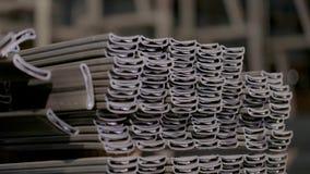 Profilera röret i ett dolt lager, profilröret som läggas i rader i ett stort lager, lager med metall stock video
