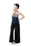 Profilera sikten av den unga nätta kvinnan för kort hår som tänker och ser upp med handen på hakan arkivfoton