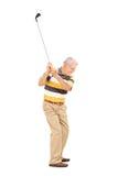 Profilera skottet av ett högt svänga en golfklubb Royaltyfri Bild