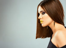 Profilera ståenden av den unga härliga kvinnan med rakt hår I Royaltyfri Foto